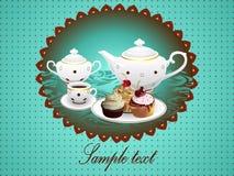 Teapot, filiżanka herbata i babeczki na tle. Obraz Stock