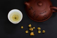 Teapot i chryzantemy herbata fotografia royalty free