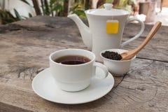 Teapot i filiżanka herbata na drewnianym stole obrazy royalty free