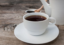 Teapot i filiżanka herbata na drewnianym tle obraz stock