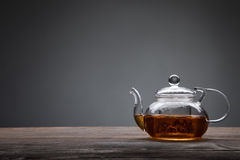 Teapot i filiżanka herbata na drewnianym stole Obraz Stock
