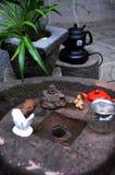 Teapot i filiżanki na kamieniu Obrazy Royalty Free