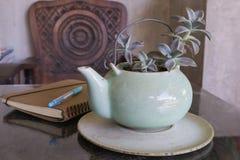Teapot i książka z herbatą na tle Zdjęcie Royalty Free