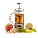 Teapot med tea royaltyfri foto