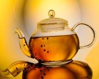 Teapot med tea fotografering för bildbyråer