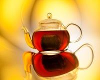 Teapot med tea arkivbilder