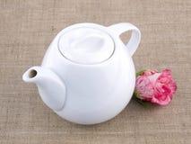 Teapot no fundo de linho Imagens de Stock Royalty Free
