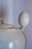 Teapot och ägg Arkivfoton
