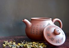 Teapot and tea leaf on wooden table Royalty Free Stock Photos