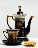 Teapot, teacup e bolinhos Fotografia de Stock Royalty Free