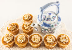 Teapot with toffee cream cakes Stock Photos