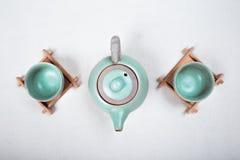Teapot z filiżankami na białym tle Obraz Royalty Free