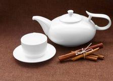 Teapoten kuper och kanelen på att plundra fotografering för bildbyråer