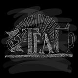 Teapoten och kuper i centrera Krita på en blackboard också vektor för coreldrawillustration Royaltyfria Foton