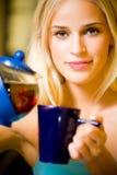 teapotkvinnabarn royaltyfri foto