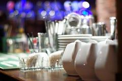 Teappots blancos en contador defocused de la barra imagen de archivo