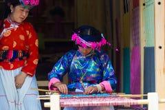 Tear de tecelagem tradicional de Naxi da vestidura da mulher de Lijiang Fotografia de Stock Royalty Free