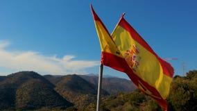 Teared omhoog Spaanse vlag die in langzame motie golven stock footage