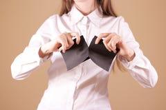 Tearing meisje een stuk van document in halve lege witte vliegerbrochure stock fotografie