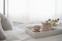 Teaset en el desayuno Tray In Bedroom Fotografía de archivo libre de regalías