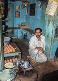 Teashop i Varanasi Arkivfoto