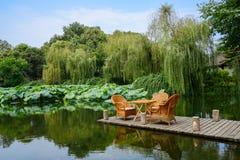 Teatable和椅子在planked平台在晴朗的夏天 免版税库存图片