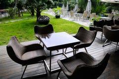 Teatables bredvid lawn royaltyfri fotografi