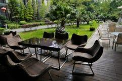 Teatables bredvid lawn royaltyfria foton