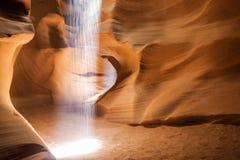 Teater av ljus som utför i en av grottorna av unik Royaltyfri Fotografi