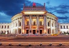 Teater Burgtheater av Wien, Österrike på natten Royaltyfri Foto