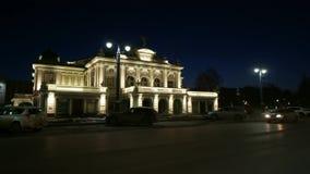 Teater för drama för Omsk stat akademisk Nattstad Omsk Video för Timelapse materiellängd i fot räknat stock video