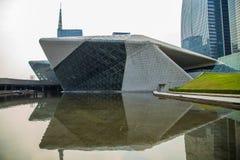 Teater för Guangzhou gränsmärkeGuangzhou tusen dollar Blått glass gardinfält, ett unikt utseende av teatern Arkivbilder