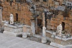 Teater - forntida Greco-romare och bysantinsk stad av Hierapolis royaltyfri bild