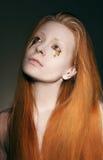 Teater. Pantomim. Stiliserad kvinna med den vita makeoveren och guld- revor Royaltyfria Bilder