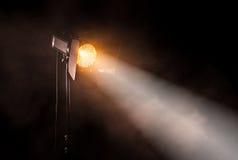 Teaterfläckljus på svart bakgrund royaltyfria bilder