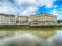 Teaterfyrkant- och Nive flod i Bayonne, Frankrike royaltyfria foton