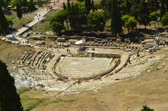 Teatern av Dionysus, under akropolen av Aten Historia arkitektur, lopp, arkeologi Kryssningskepp på havet royaltyfri foto