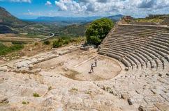 Teatern i Segesta, gammalgrekiskastad i Sicilien, sydliga Italien royaltyfri bild