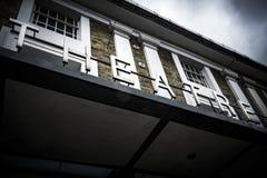 Teatern undertecknar över den huvudsakliga ingången på den lokala teatermötesplatsen Royaltyfria Foton