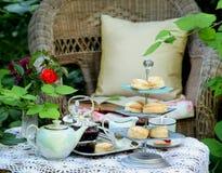 Teatid med scones, driftstopp och vispgrädde Royaltyfri Foto