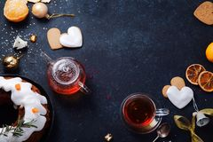 Teatime με τα καρδιά-διαμορφωμένα μπισκότα και tangerines πιπεροριζών Στοκ εικόνες με δικαίωμα ελεύθερης χρήσης