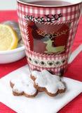 Teatime - τσάι με τα μπισκότα Χριστουγέννων Στοκ φωτογραφία με δικαίωμα ελεύθερης χρήσης