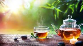 Teatime - ослабьте с горячим чаем стоковые изображения