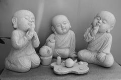 Teatime als Mönchstatue lizenzfreies stockbild