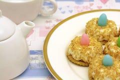 Teatime avec des gâteaux de noix de coco Photographie stock libre de droits