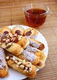 Teatime: bolinhos na placa e no copo do chá Fotografia de Stock Royalty Free