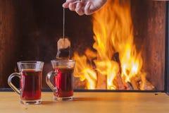 Teatime en la chimenea foto de archivo