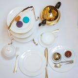 Teatime med färgrika macarons Arkivbild