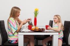 Teatime mit roten Schalen Stockbilder