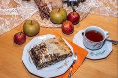 Teatime z jabłczanego i makowego ziarna strudlem Fotografia Royalty Free